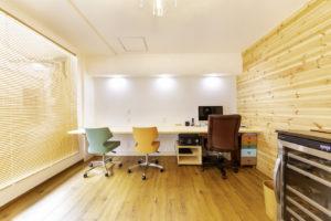 自然光を取り入れた温かい雰囲気の事務所です。